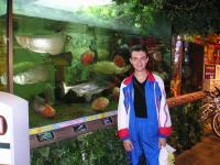 Я на фоне аквариума. :)